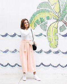 A gente se despede da @manuelarahal com esse clique cool da DJ e sócia-fundadora da @rahall_me usando a nova pantacourt do @ateliedecalcas à sua maneira ou seja bem casual sportswear.  À nosso convite ela e outras duas mulheres de estilos e ritmos de vida diferentes provaram que essa peça atemporal é mega versátil e chic. A matéria especial está no STORIES clicando no nosso link da bio! . . . #pantacourt #moda #fashion #style #ootd #photooftheday #picoftheday #decor #design #cool #look…