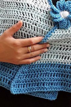 Questa calda e comoda mantella/scialle, interamente lavorata all'uncinetto, è rifinita da una spilla a forma di fiore, anch'esso lavorato all'uncinetto. Adatta ad essere indossata in autunno sopra una T-shirt o una camicetta e in inverno sopra un cappotto o una giacca. La forma a ruota aumenta la vestibilità. Il capo pronto è nei colori del mare, da bianco al turchese scuro, ed è lavorata con un filato acrilico Premium. Fingerless Gloves, Arm Warmers, Fashion, Winter, Fingerless Mitts, Moda, Fingerless Mittens, Cuffs, Fasion