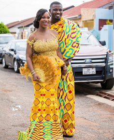 Ghanaian Kente fabric and styles is are becoming increasingly popular at African traditional wedding ceremonies bridal styles and dresses African Bridesmaid Dresses, African Wedding Attire, African Print Dresses, African Print Fashion, African Attire, African Weddings, Ethnic Fashion, African Traditional Wedding Dress, Traditional Outfits