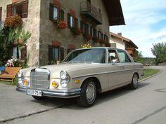 Diesen stattlichen Mercedes Benz 280 SE 4.5 könnt ihr bei classic-roadster-rent.de anmieten.