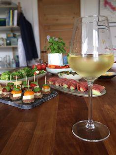 Sun tart with tomato caviar - Clean Eating Snacks Appetizers, Appetizer Recipes, Tapas, Party Sandwiches, Kitchen Time, Original Recipe, Clean Eating Snacks, Mozzarella, Pesto