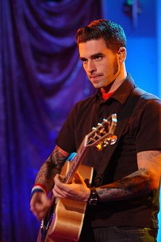 Chris Carrabba from Dashboard Confessional | Here's What Your Favorite Emo Dudes From The 2000s Look Like Now