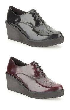 Keilabsatz Schuhe in Premium Hochglanzleder, modern und minimalistisch zugleich, Clarks Game Oval, 110,00 Euro: http://www.clarks.de/p/26101058 #HW14