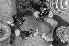 Schlittschuhlaufen mit den Kindern. Die beiden Mädels probieren ihre Schlittschuhe an. Skiing, Shoes, Fashion, Children, Ski, Moda, Zapatos, Shoes Outlet, Fashion Styles