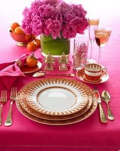 Hot pink and gold dinnerware. Pink Table Settings, Beautiful Table Settings, Place Settings, Love Is In The Air, Just For You, Tables Tableaux, Dresser La Table, Table Rose, Gold Flatware