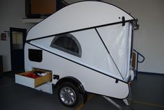 Check out this seemingly average teardrop: It transforms completely with one simple move Tiny Camper, Cool Campers, Popup Camper, Camper Life, Small Trailer, Tiny Trailers, Camper Trailers, Travel Trailers, Teardrop Caravan