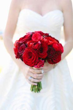 Mucha pasión y rojo en este precioso ramo de novia. / Red Wedding Inspiration | Bouquet /  #bodas #wedding #sanvalentin #valentines #love #red #amor #rojo #bouquet #ramo