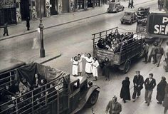 Guerra Civil, evacuando Madrid This is María's job in the novel, supplying evacuees with their rations. Spain History, Spanish War, The Woman In White, Foto Madrid, Lest We Forget, Military History, Historical Photos, World War Ii, Wwii