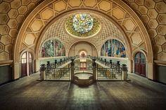"""Jugendstil-Juwel: In einer ehemaligen Kirche befindet sich dieser prachtvolle Festsaal in Maubeuge (Frankreich), genannt """"Salle Sthrau"""". Die Kirche wurde entweiht und in den Zwanzigerjahren des 20. Jahrhunderts im Art-Déco-Stil umgestaltet. Das Gebäude war lange Zeit ungenutzt und verfiel zusehends - bis nach einer Sammelaktion genügend Geld für eine Renovierung vorhanden war. Als Fennema den Festsaal 2012 ablichtete, war das Dach bereits erneuert"""