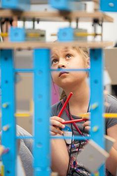 Warsztaty dla dzieci z meblami SMART by VOX.  W niedalekiej przyszłości, ludzkość jest w posiadaniu budulca, z którego można tworzyć zupełnie nowe światy oraz ich mieszkańców. Nam zostało przydzielone niezwykle ważne zadanie testowania wynalazku. Czy sprawdzi się w naszych dłoniach?    Zobacz jak uczestnicy warsztatów tworzą dużych rozmiarów mieszkańca wyspy, który stanie się eksponatem na Festiwalu Designu i Kreatywności dla Dzieci (25 i 26 maja w Concordia Design w Poznaniu). Serendipity, Ferris Wheel