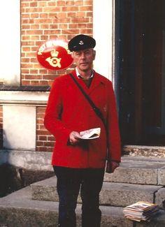 Henning Willum Caspersen foran Posthuset på Bogø. September 1986. Posten rykkede fra sydenden til nordenden af Navigationsskolen, måske i 1968 ved kommunesammenlægningen. I sydenden var der indgang fra gavlen, mens der på dette billede er indgang fra bygningens gårdside. Foto: Caspersens arkiv.