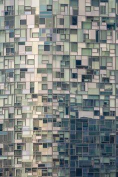 allemaal ramen van een gebouw. lichte en donkere tinten groen/blauw vormen een mooi donker-licht contrast. ook is het een hele mooie compositie door alle verschillende vakjes en kleuren