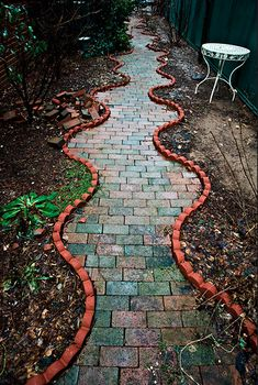 Love this garden path. I'm going to do this in yellow brick in my dream home...I better start clicking the heels of my ruby slippers together!