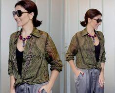 Look da Alice Ferraz com calça jeans de cintura alta, camisa verde, blusa preta e maxi acessórios