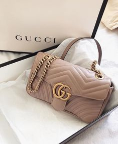 Find tips and tricks, amazing ideas for Gucci purses. Discover and try out new things about Gucci purses site Gucci Purses, Gucci Handbags, Luxury Handbags, Fashion Handbags, Purses And Handbags, Fashion Bags, Fashion Women, Fashion Goth, Accesorios Casual