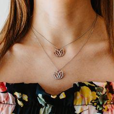Dieser formschöne Halsschmuck wurde durch eine kunstvolle Lotusblüte veredelt. Die 36 drapierten Zirkonia verleihen diesem Trendteil aus Sterling Silber einen Hauch von extravaganter Eleganz. Chain, Poems, Shopping, Jewelry, Life, Tree Of Life, Silver, Jewerly, Nice Asses