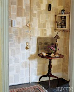 intérieur : mur recouvert de pages imprimées, chez John Derian, Elle Décoration, papier mural