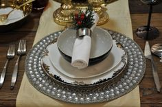 9 Beautiful #Holiday Table Settings via http://lifeovereasy.com/ #table #dishes