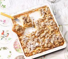 Oft kommen Äpfel als Wähe vom Blech auf den Tisch. Dieses Mal backen wir einen Kuchen im Blech mit feinen Datteln als süssen Belag. Cake & Co, Mole, Banana Bread, Cereal, Muffins, Cooking Recipes, Cupcakes, Sweets, Breakfast