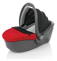 El capazo rígido de Grupo 0 Römer Baby-Safe Sleeper garantiza la máxima seguridad a los bebés recién nacidos, a la vez que se puede combinar con las sillas de paseo Britax para utilizarlo como portabebés. Se instala en el coche de forma transversal.