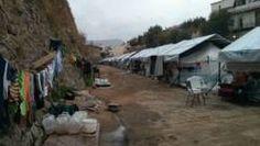 Het eiland Chios heeft in het officiële vluchtelingenkamp plaats voor duizend mensen, die kort zouden blijven. Maar drieduizend mensen zitten er nu al acht maanden vast. Elke week arriveren weer nieuwe bootjes. De mensen die aankomen moeten zelf een slaapplaats zoeken.  De spanning heeft geleid tot botsingen op het eiland. Rena Marinou, die boven een vluchtelingenkamp woont, zag het met eigen ogen gebeuren.
