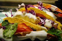Recette de tacos au thon et à l'avocat, guacamole,tomates cerise, coriandre fraîche... Très rapide et facile à faire, voici un tacos au thon à l'huile, à l'avocat, au citron, aux tomates cerises, coriandre hachée. Des ingrédients simples, gourmands, équilibrés roulés dans une tortilla de blé, un snacking que l'on sert en entrée ou en plat principal. Les tacos trouvent leur place dans les tacos party, les pique-nique, les repas au bureau bien rangés dans leur lunchbox ou bento..
