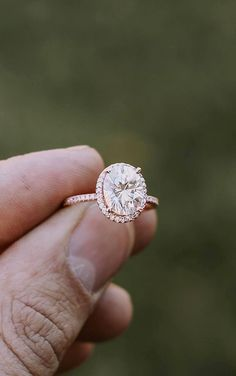 Swooning over this glam halo engagement ring! #diamondhalorings
