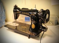 The Virtues of a Vintage Straight-Stitch Sewing Machine - Threads Sewing Machine Thread, Sewing Machine Quilting, Treadle Sewing Machines, Antique Sewing Machines, Vintage Sewing Patterns, Techniques Couture, Sewing Techniques, Sewing Hacks, Sewing Projects