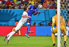 イングランド戦の後半、勝ち越しゴールを決めるイタリアのバロテリ(中央)=14日、マナウス(AFP=時事) ▼15Jun2014時事通信|イタリア、好機確実に生かす=サッカーW杯・イングランド-イタリア〔W杯〕 http://www.jiji.com/jc/zc?k=201406/2014061500038 #England_Italy_group_D #Brazil2014 #Mario_Balotelli
