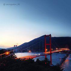 쭉 뻗은 #남해대교 처럼 모든 일이 순탄하게 #쭉쭉 뻗어가길!  Like a #stretch of #Namhae #Bridge , #everything you do reaches the #goal without #waiting !   #tech #build  #morning #sunrise #daily #date #Korea #regram #Hyundai_Engineering_Construction #현대건설 #건설 #대교 #다리 #남해 #노량리 #감성 #열정 #일출 #일상 #여행 #리그램 #리스타그램