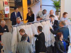 Voordat de rondleiding start trekken de gasten een ESD-veilige jas aan.