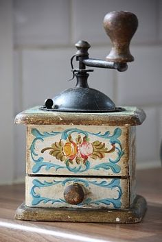 http://www.2uidea.com/category/Coffee-Grinder/ This vintage coffee grinder is a…