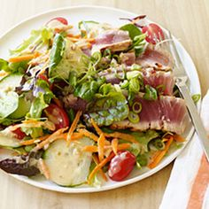 Asian Grilled Tuna Salad with Creamy Ginger Dressing - WW @keyingredient #vegetables #tomatoes #delicious