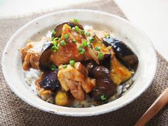 甘辛さがクセになる「鶏肉と茄子の甘辛丼」のレシピを紹介。もちろん丼にしなくても、炒めものとして、おつまみやお弁当のおかずにするのもおすすめ。レシピとともに作り方のポイントもご紹介。