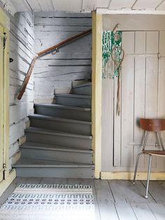 TORPDRÖM I GRÅBLÅTT OCH MILDA PASTELLER: Det var som att trycka på en knapp. Plötsligt syntes Lilla Gate i en rad internationella magasin, och till och med i en bok. Min inredning låg rätt i tiden, människor återupptäckte 1700-talet och den enkla lantliga stilen. Hallen och trappan med målade timmerväggar är original. Här har Marianne behållit ett prov på flera lager färg som skrapades fram, däribland den gröna lacken som någon gång genom tiderna täckt hela rummet. Nu är hallen återställd…