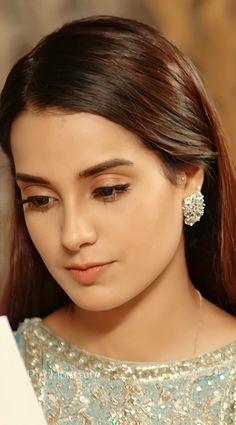 Pakistani Models, Pakistani Girl, Pakistani Actress, Flower Jewellery For Mehndi, Khuda Aur Mohabbat, Iqra Aziz, Girl Hiding Face, Mahi Mahi, Cool Girl Pictures