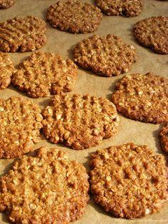 szeretetrehangoltan: Csokoládé bevonatú ropogós zabkeksz Cookies, Food, Diets, Crack Crackers, Eten, Cookie Recipes, Meals, Biscotti, Fortune Cookie