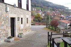Exterior de la casa y vista general del pueblo de Tresgrandas.