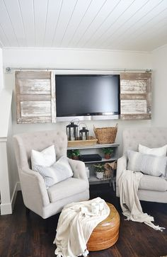 DIY barn door can be your best option when considering cheap materials for setting up a sliding barn door. DIY barn door requires a DIY barn door hardware and a Diy Barn Door, Diy Door, Barn Doors, Sliding Doors, Front Doors, Tv Escondida, Salon Shabby Chic, Decor Around Tv, Tv Covers