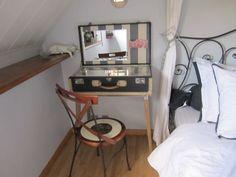 Vintage gris grande pedazo único equipaje con marco blanco, reutilizado como un recorrido de la mesa de vanidad (adentro en rayas gris y Toile rosados)