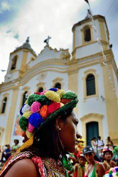 Concentração  Grupo de reisado reunido antes da apresentação folclórica em frente a Igreja Matriz da cidade de Laranjeiras, Sergipe, Durante a 38 edição do encontro cultural de Laranjeiras.