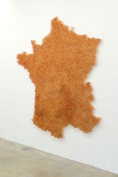 Claire Fontaine est une « artiste collective » française qui réalise des cartes…