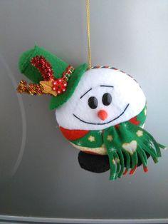 Ideias de enfeites de Natal em Feltro: Moldes | Toda Atual Felt Christmas Ornaments, Christmas Stockings, Christmas Crafts, Christmas Decorations, Xmas, Holiday Decor, Felt Fabric, Fabric Art, Felt Snowman