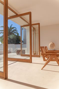 Image 25 of 50 from gallery of Santa Teresa House / Amelia Tavella Architectes. Photograph by Thibaut Dini Interior And Exterior, Interior Design, Dining Room Colors, Pivot Doors, Wooden Staircases, Architecture Awards, Architecture Design, Piece A Vivre, Dining Nook