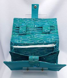 Compagnon Complice en simili et coton bleus cousu par Christine - Patron Sacôtin
