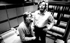 L'aventure commence le 4 avril 1975. Bill Gates et Paul Allen, des amis d'enfance, fondent ensemble Microsoft. Allen propose d'abord «Micro-Soft», un mot valise pour «microprocesseur» et «software». Bill Gates n'a pas encore 20 ans.