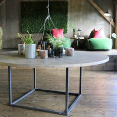 Mosevegg i eventyrlig oppussing Dining Table, Wall, Furniture, Home Decor, Decoration Home, Room Decor, Dinner Table, Walls, Home Furnishings