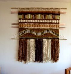 Maria Elena Sotomayor : Tierras y brillantes! Wool Wall Hanging, Yarn Wall Art, Weaving Wall Hanging, Weaving Art, Weaving Patterns, Tapestry Weaving, Loom Weaving, Wall Tapestry, Hand Weaving