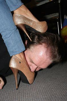госпожа топчет парня грязной туфелькой