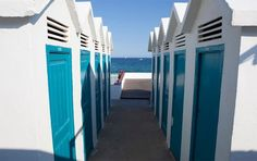 Hemos dado con el que se predice nuestro refugio favorito lo que queda de verano. Se llama Mala Vida y es el proyecto diurno del Donzella Beach club de Badalona, un chiringuito situado en unos antiguos baños a pie de playa.   +INFO: http://good2b.es/index.php/es/otras/item/4205-mala-vida-by-donzella-beach-club